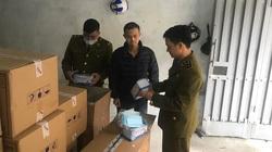 Nam thanh niên Trung Quốc gom số lượng lớn khẩu trang tại Việt Nam