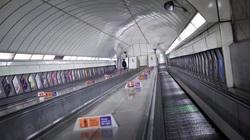 Ga tàu điện ngầm ở Anh vắng không một bóng người vì dịch Covid-19