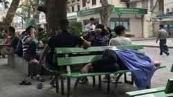 Bệnh viện Bạch Mai khám chữa bệnh trở lại: Người dân xếp hàng dài đo thân nhiệt, sát khuẩn...