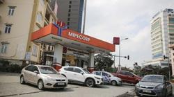 Trước giờ điều chỉnh giá, ô tô xếp hàng chờ đổ xăng tại Hà Nội