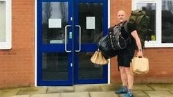 Giáo viên đi bộ 10km mỗi ngày mang thức ăn miễn phí và bài tập cho học sinh trong thời gian nghỉ dịch