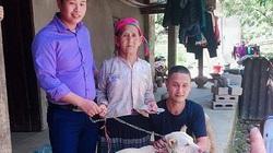 Cụ bà người Mông khóc thương khi phải bán chó, thanh niên vượt 140km tặng lại bà