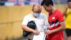 HLV Park Hang-seo xuống sân Hàng Đẫy tặng quà Quế Ngọc Hải