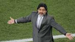 Diego Maradona bật khóc, kêu gọi mọi người làm điều đầy ý nghĩa
