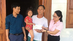 Báo Dân Việt trao tiền hỗ trợ lần 2 cho bé gái trong 6 tháng phải đội  3 vành khăn tang