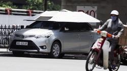 """Hà Nội nóng 40 độ C, ô tô bung ô chống lại """"ông trời"""""""