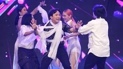 """Trấn Thành bị bốn vũ công siết cổ """"đánh ghen"""" trên sóng truyền hình"""