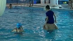 Hồ bơi vắng người giữa mùa hè nắng nóng do nhiều người lo ngại dịch Covid-19