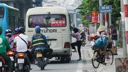 """Tái diễn tình trạng xe chạy """"rùa bò"""", bắt khách dọc đường sau đợt cao điểm kiểm tra"""