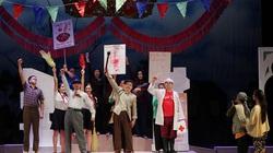 """Khán giả đến chật kín Nhà hát Lớn để thưởng thức """"Bệnh sĩ"""" của Lưu Quang Vũ sau Covid-19"""
