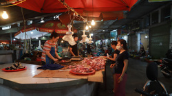Giá thịt lợn cao ngất ngưởng: Công nhân ăn dè, 1 tuần chỉ dám mua thịt lợn 2 - 3 lần