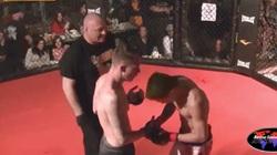 Sắp thắng, võ sỹ gốc châu Á đột ngột quỳ gối xin thua vì lý do... khó đỡ