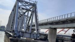 """Ghe tàu  """"vi vu"""" qua lại dưới cây cầu sắt 118 năm tuổi trứ danh ở Sài Gòn"""