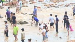 Vỡ đập ở Phú Thọ: Dân mặc kệ nguy hiểm lao ra bắt cá