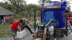 Nam sinh 14 tuổi chở nước về tận nhà giúp người già vùng hạn mặn