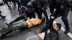 Bị cảnh sát quật ngã sõng soài vì vi phạm lệnh phong tỏa