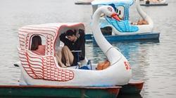 Người dân đổ xô ra hồ Trúc Bạch, khu vực đạp vịt đông bất ngờ