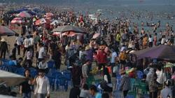 Du khách đổ về biển Sầm Sơn trong dịp nghỉ lễ 30/4 ngày càng đông
