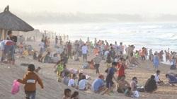 Ngỡ biển Phú Yên vắng, cả ngàn người đổ về kín bãi tắm dịp nghỉ lễ