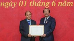 Bộ trưởng, Chủ nhiệm Văn phòng Chính phủ Mai Tiến Dũng nhận Huy hiệu cao quý của Đảng