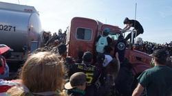 Kinh hoàng cảnh xe bồn chở dầu cày qua người biểu tình ở Mỹ