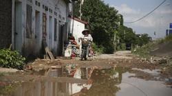 Đường lầy lội giữa ngày nắng, người dân đổ gạch cảnh báo nguy hiểm