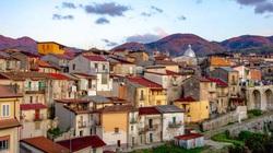 Vì sao ngôi làng đẹp như tranh vẽ bị chính quyền bán nhiều ngôi nhà giá rẻ hơn rau?