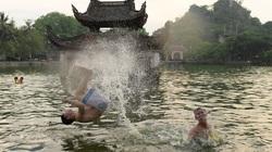 """Trẻ em thoải mái nô đùa dưới """"bể bơi nghìn tuổi"""" của Hà Nội"""