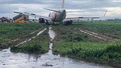 Sự cố máy bay hạ cánh trượt khỏi đường băng Tân Sơn Nhất do thời tiết xấu