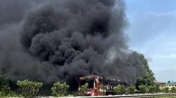 Xe khách cháy trơ khung trên cao tốc, hành khách nháo nhào thoát thân