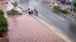 Sẽ khen thưởng cậu học trò dọn rác trên miệng cống lúc trời mưa