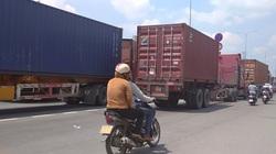 Xe tải rớt bánh lật trên quốc lộ 1A, giao thông ùn ứ kéo dài