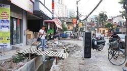 Hà Nội: Người dân bắc cầu vào nhà do thi công mở rộng đường