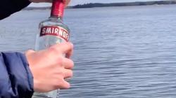 Đổ 1 chai rượu xuống 1 vùng nước mà bạn nghĩ sẽ có cá và kiên nhẫn chờ đợi điều kì diệu xảy ra