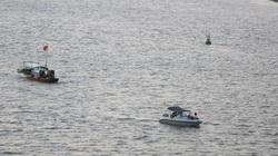 Quân đội trục vớt bom dưới sông Hồng, người dân hiếu kỳ bơi ra xem
