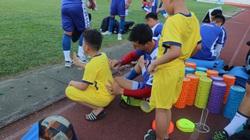 Nguyễn Công Phượng tươi cười ký tặng fan nhí Nghệ An