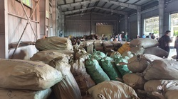 """Bắt hơn 100 tấn dược liệu """"đội lốt"""" hoa quả khô"""