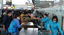 Nữ hành khách ném điện thoại vào tiếp viên trưởng chuyến bay khi được nhắc nhở