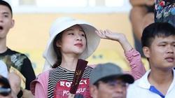 Trời nắng 40 độ, vợ bầu 8 tháng của Phan Văn Đức vẫn tới sân Vinh