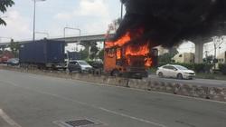 Xe container bốc cháy dữ dội, tài xế thoát chết trên Xa lộ Hà Nội