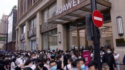 Bị Mỹ gây áp lực, Huawei khai trương cửa hàng lớn nhất thế giới đối diện store của Apple