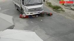 Video: Ngã vào gầm xe tải, cô gái may mắn thoát chết trong gang tấc