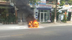Xe máy bỗng dưng phát cháy, người đàn ông thoát chết trong gang tấc