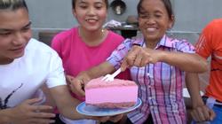 Bà Tân Vlog lấy đĩa từng bị cún cưng liếm để đựng bánh mời khách khiến người xem ngao ngán