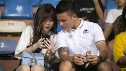 Quang Hải, Huỳnh Anh tình tứ trên khán đài xem Hà Nội FC thi đấu