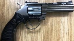 Nổ súng ở bến xe Quy Nhơn: Thực hư khẩu súng Trung Quốc bắn thẳng mặt phụ xe