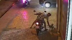 """Camera ghi hình người đàn ông đi xe máy """"cuỗm"""" chậu kiểng"""
