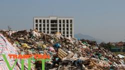 Hoà Bình: Người dân kêu trời vì rác chất cao như núi ngay gần quảng trường