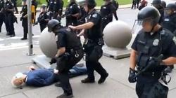 Biểu tình ở Mỹ: 2 cảnh sát xô ngã cụ ông bị truy tố, 57 đồng nghiệp phản ứng bất ngờ