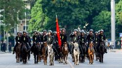 Cảnh sát cơ động Kỵ binh diễu hành trước Lăng Bác và Nhà Quốc hội